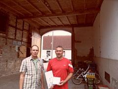 Jens Thesenvitz vom Vorstand der NABU Ortsgruppe Schönbeck (links) überrreicht Karsten Höpfner vom Haflingerhof in Ranies Plakette und Urkunde