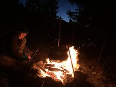 Romantisches Lagerfeuer mit Glühbier und Schlangenbrot