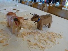 Zwei geschnitze Kühe von den Teilnehmer/innen