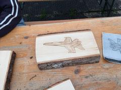 Holzrelief von geschnitztem F/A-18-Militärjet