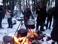 Der heisse Glühwein schmeckt besonders gut über dem offenen Feuer