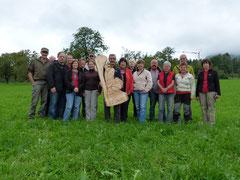 Gruppenbild mit geschnitztem Steinadler
