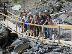 Das Team Syngenta im Aufstieg zur Stelihütte auf der kleinen Hängebrücke im Hindergstepf