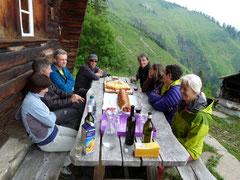 Das Team der Geschäftsstelle Alpine Rettung Schweiz am Apéro vor der Steli Hütte