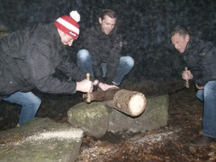 Piloten der Firma ExecuJet beim Holzsägen