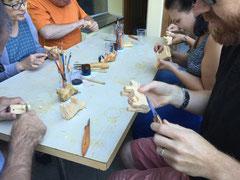 Teilnehmer/innen beim Kuhschnitzen