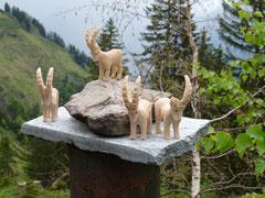 Geschnitzte Steinböcke der Teilnehmer/innen