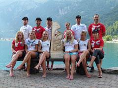 Norwegisches Skiteam mit geschnitztem Steinadler