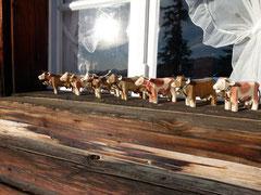 Die geschnitzten Holzkühe vor der Stelihütte