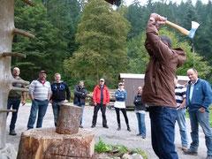 Teilnehmer mit vollem Einsatz beim Holzspalten