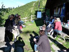 Die Lehrkräfte vor der Stelihütte an einem Workshop
