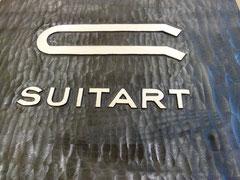 Geschnitztes Logo von SuitArt AG