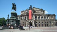 Dresden Blick auf Semperoper mit Reiterstandbild