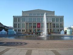 Blick auf Oper mit Springbrunnen
