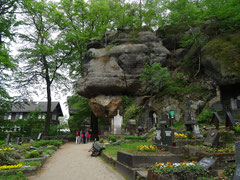 Oybiner Berg, Blick auf den Friedhof mit Felsen