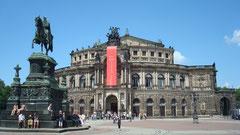 Dresden Semperoper mit Standbild August der Starke