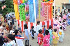 七夕盆踊り:ゆかたや甚平で踊ります。