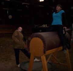 Ines Jückstock  bei der Technikkorrektur am Holzpferd