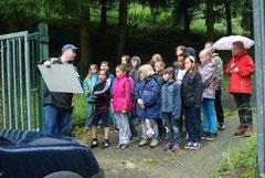 Vor Ort hörten die Kinder interessiert den Ausführungen des Fachmannes zu.