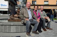 Holzbildhauer Paul Fuchs Junior mit seinen Eltern vor dem Murmeltierbrunnen in Engelberg