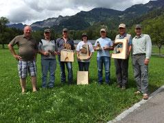 Kursteilnehmer/innen am Ende der Woche mit den geschnitzten Kunstwerken