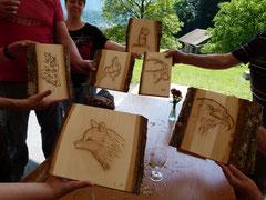 Einige geschnitzte Reliefs der Teilnehmer/innen
