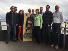 Gruppenbild mit geschnitztem Leuchtturm