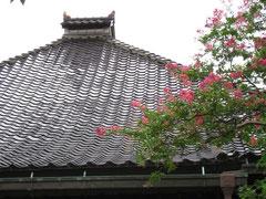 金沢の瓦  黒々とした重厚で落ち着きのある瓦で有名です