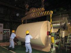 中越パルプ工業での竹紙製造風景