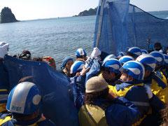 同日、中国電力側作業員と反対住民らがもみ合いに (撮影:東条雅之)
