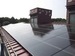 美術館の屋根に設置された太陽光パネル (写真提供:丸木美術館)