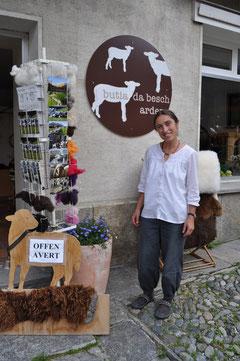 """Claudia Janett vor der """"butia da besch"""" in Ardez (Bilder Corinne Gut Klucker)"""