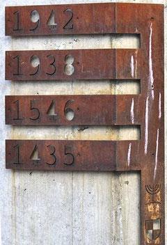 Stahlbänder mit Jahreszahlen am Gedenkort Synagogenstraße, Foto: Manuel Werner, alle Rechte vorbehalten!