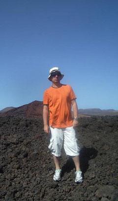 El vulcanólogo, en el mar de lava de Lanzarote, hace diecinueve años