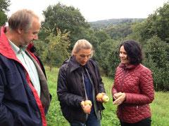 Dieter Steinwarz und Barbara Bouillon informieren MdB Frau Winkelmeier-Becker an einer Obstwiese zum Thema Streuobst.