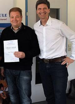 Martin Hommerich (AsS) und Johannes Petz (Michlbauer Harmonikawelt) bei der Übergabe der Urkunde