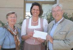 Ilse Aigner freut sich über Spende für das Caritas-Kinderdorf Irschenberg