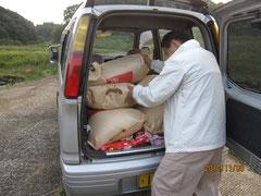 重い籾をさっさと運ぶ旧友E、誰でも出来ることではない。ひたすら感謝!ありがとう 、E!