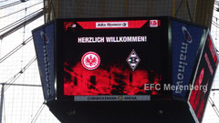Begrüßung auf dem Stadionwürfel zum Spiel der Eintracht gegen Borussia Mönchengladbach