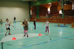 Schüler der 3a beim Hindernisbrennball