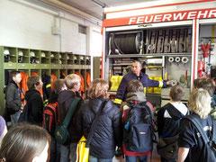 Während ihres Besuchs erhielen die Klassen 6Kc und 6Ke u.a. einen Einblick in die umfangreiche Ausstattung der Fahrzeuge der Freiwilligen Feuerwehr Sehnde. (Foto: THB)