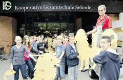 Der Tischlermeister und ehemalige KGS-Schüler Michael Dohrs lädt gemeinsam mit Siebtklässlern die 70 Löwen-Rohlinge ab. Knoche/haz