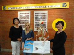 Direktorin Helga Akkermann, ING DiBa Mitarbeiterin Christine Matyar sowie die 1. Vorsitzende des FöVs Andrea Gaedecke bei der Überreichung des Schecks.