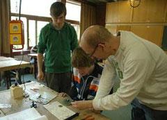 An der Schaltung arbeiten Daniel Bierwirth, Janik Zakowski und Stepahn Schickedanz (v.li.) - Foto: JPH