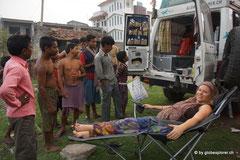 Die Inder staunen nicht schlecht ab unserer Einrichtung im Gandi, während Nicky versucht zu relaxen in der grossen Hitze