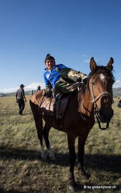 Kirgisen benötigen keinen Stuhl..sind so vertraut mit ihren Pferden!!