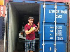 Roy hat es endlich geschafft, Gandi steht im Container, bereit für die Verschiffung nach Malaysia