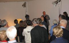 Kurator Dieter Brunner führt durch die Ausstellung / Foto: Jürgen-M. Edelmann