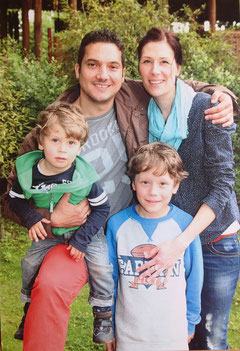 Foto mit meinem Ehemann und unseren Kindern Lukas und Jonas