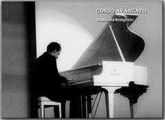Pianista pianoforte bianco